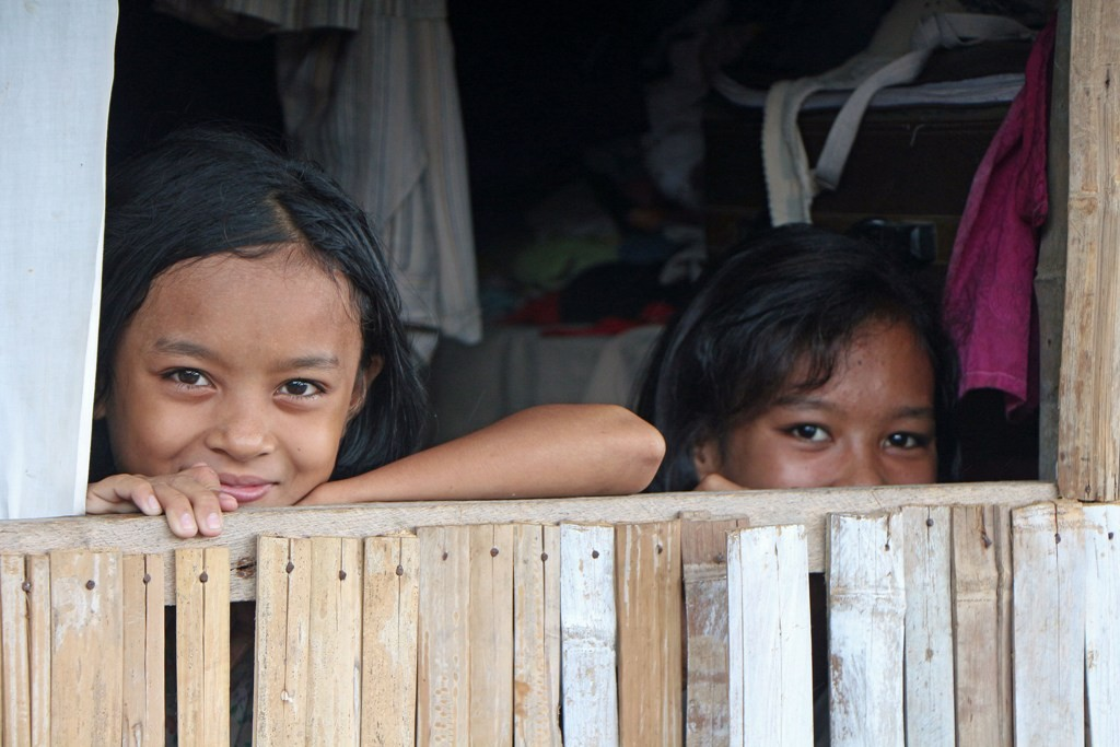 Vorsichtige Zurückhaltung aber auch verschmitztes Lächeln seiten der Fischer Mädchen