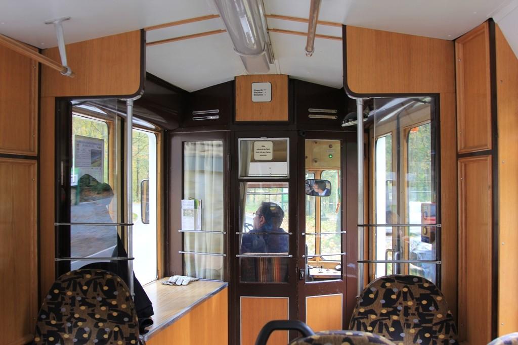 Innenleben der Straßenbahn in Fahrtrichtung