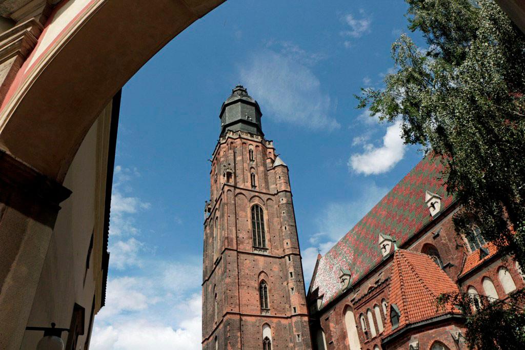 Turm und ein Teil der Elisabethkirche, diese wurde um 1250 erbaut