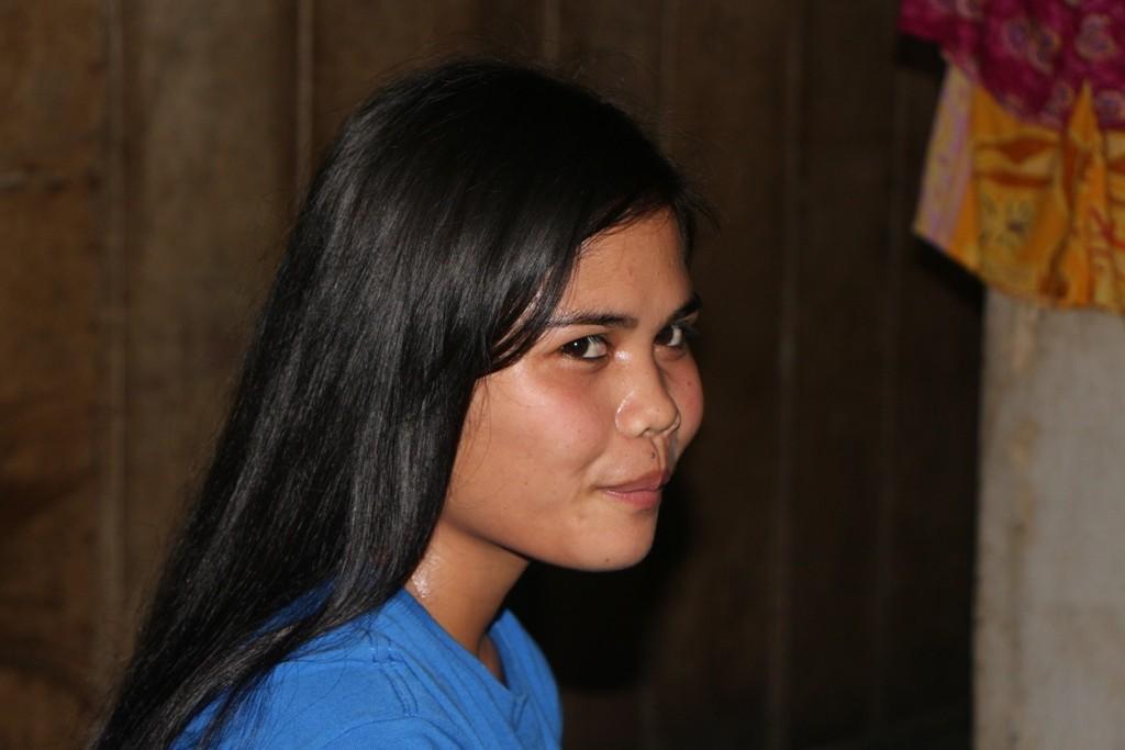 Eine junge hübsche Verkäuferin