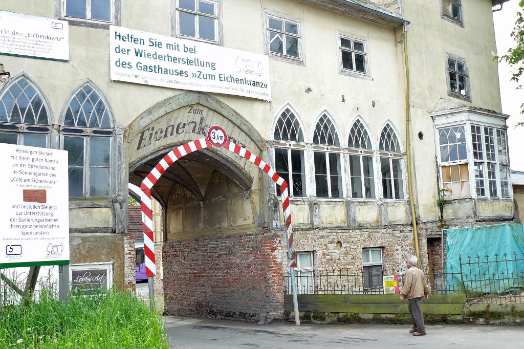"""Teilansicht des hier noch nicht restaurierten Gasthofes """"Zum Eisenkranz""""."""