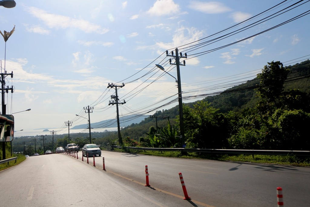 Übern Berg gehts hinunter nach Chalong - Hintergrund die Chalong Bay