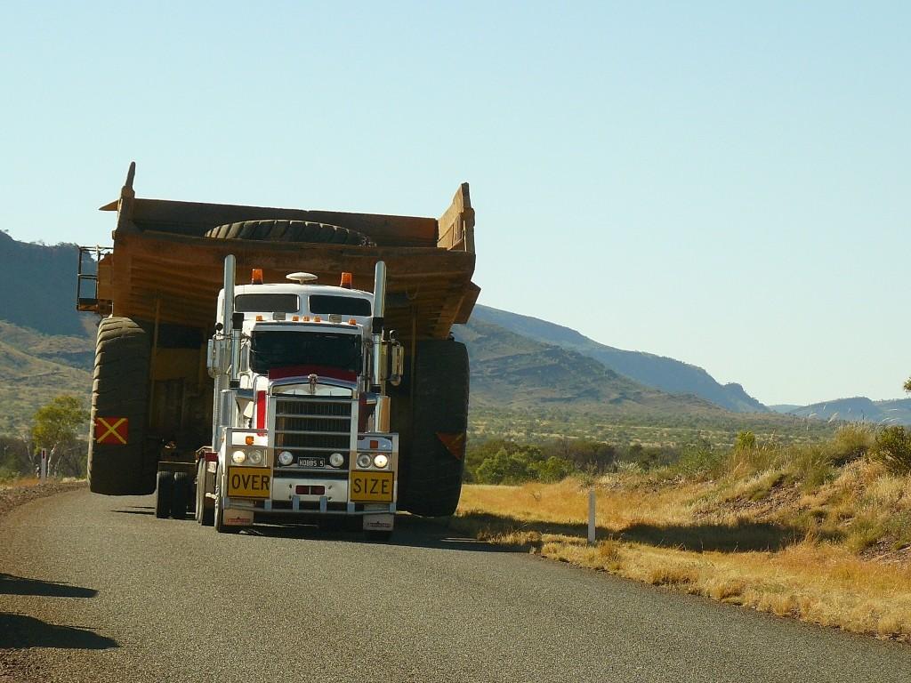 Auf den Roads der Pilbara fahren derartige RIESEN umher, der gesamte Verkehr hat sich hier unter zu ordnen. Die Pilbara ist das größte australische Region äußerst ergiebiger natürlicher Rohstoffvorräte.