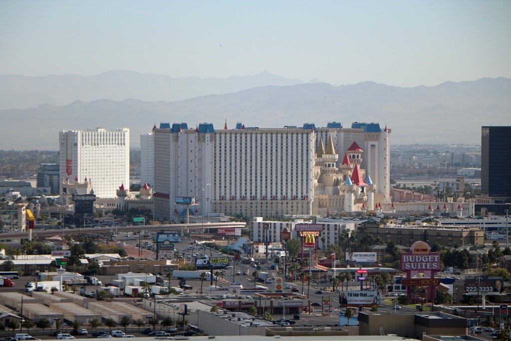 """Blickrichtung Osten, zu erkennen ist das Hotel und Casino """"Excalipur""""!"""
