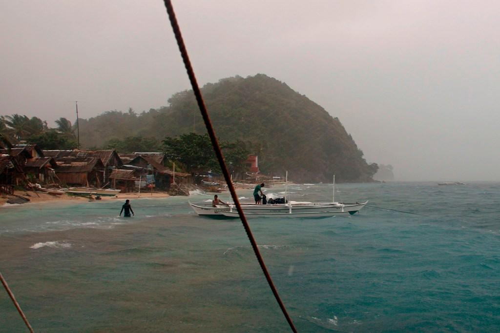 Der Höhepunkt des Unwetters peitscht in Richtung Apo Village, Tauchboot Besatzungen bringen sich in Sicherheit!