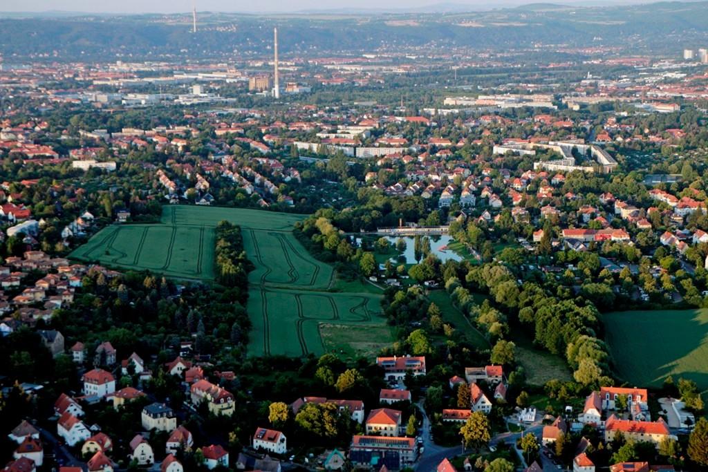 Blickrichtung Ost vor uns liegt DD- Mockritz mit dem Naturbad, dahinter DD- Leubnitz, Schornstein u. Gasometer DD- Reick, links ist DD- Strehlen