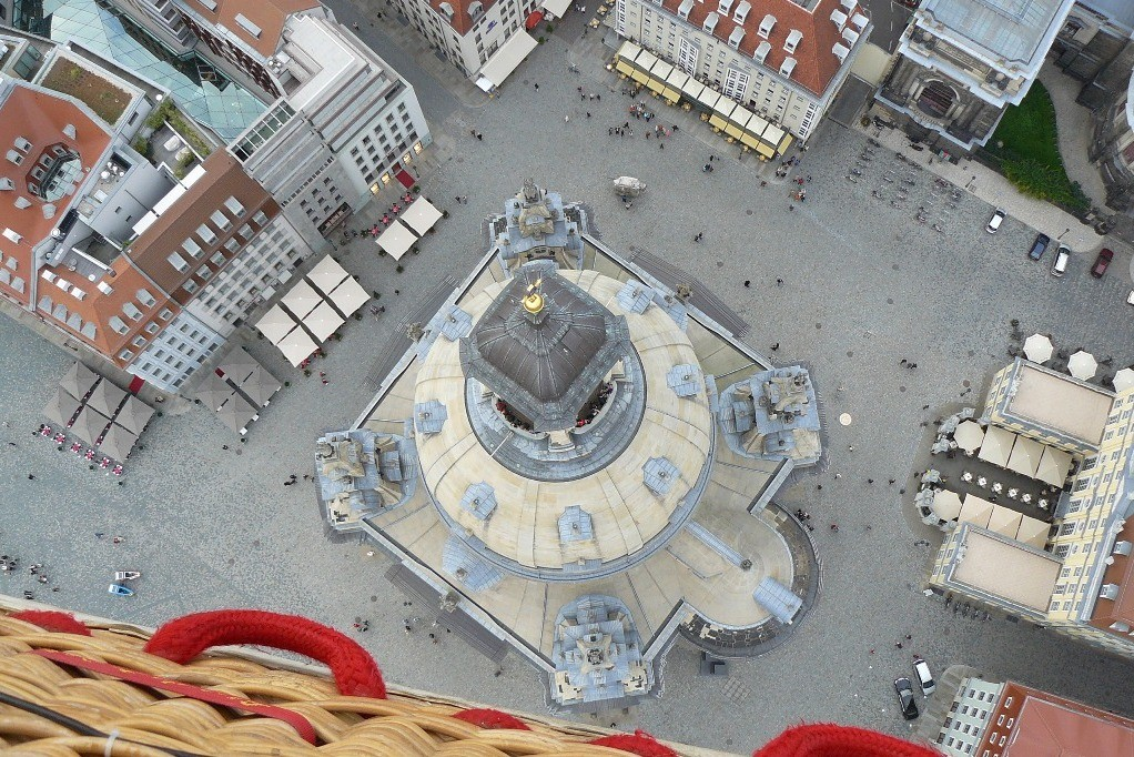 Die Frauenkirche von oben, das sieht auch nicht jeder! Hier sind die Maße, Länge der Kirche (West/Ost)=50,02 m und Breite der Kirche (Nord/Süd)=41,95 m kaum erkennbar