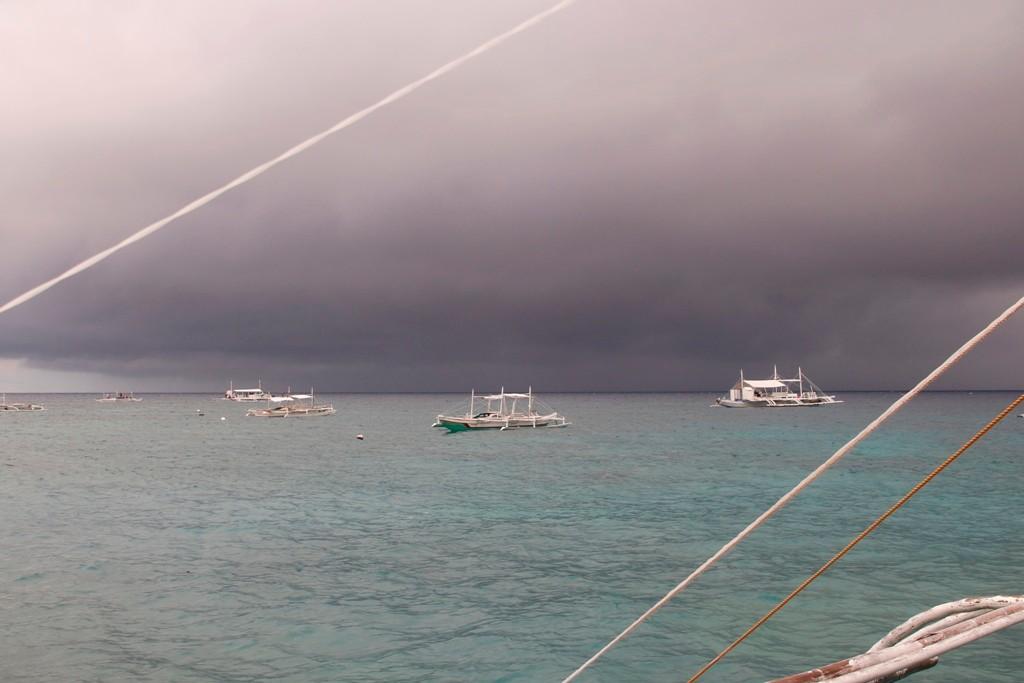 Die Tauchboote da draußen rücken ein in Richtung Apo Island, es sieht nicht gut aus!
