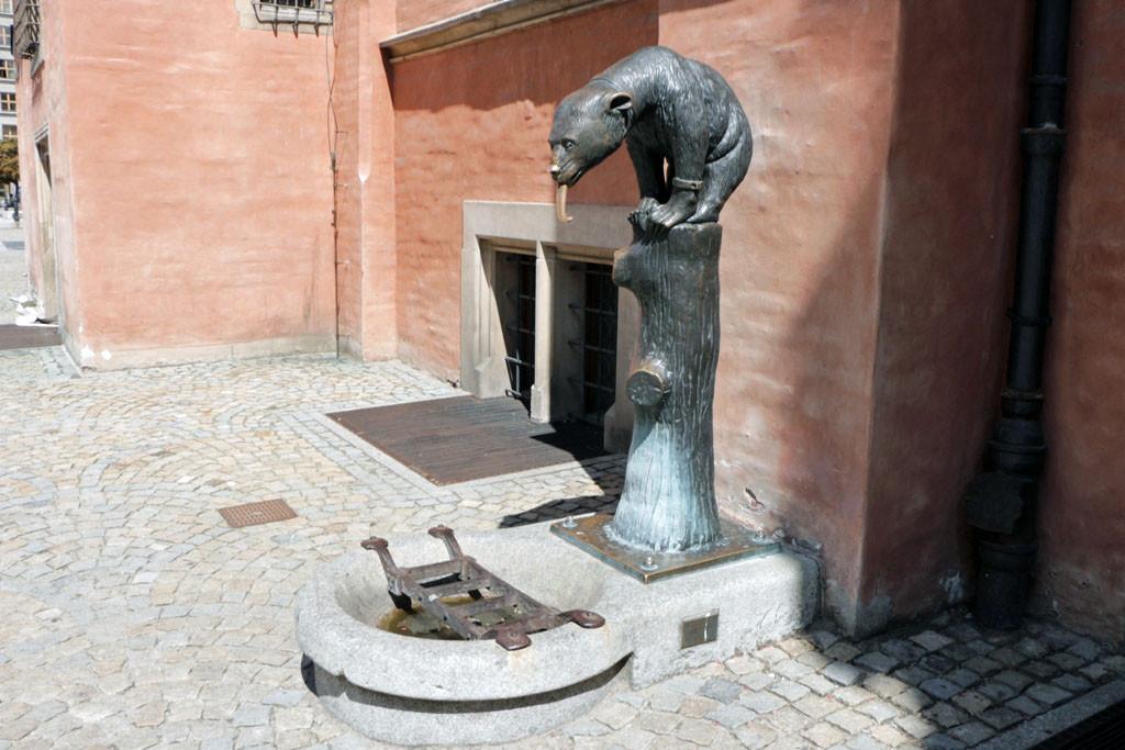 """Rechts neben dem Eingang des """"Schweidnitzer Keller"""" befindet sich der Bärenbrunnen"""