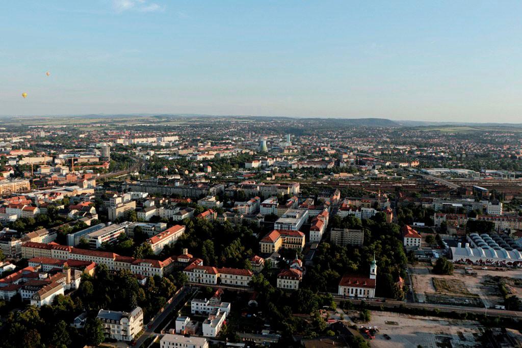 Vor uns, leicht links der große Komplex des Krankenhaus Dresden- Friedrichstadt (Städtisches Klinikum) besteht aus 15 Kliniken mit rund 940 Betten, über 1.800  Mitarbeiter versorgen jährlich ca. 85 000 Patienten.
