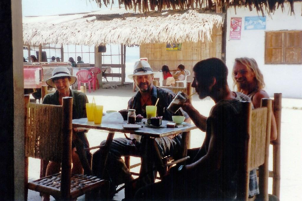 ...Frühstück in Montanita, Inge und ich mit Panamahut