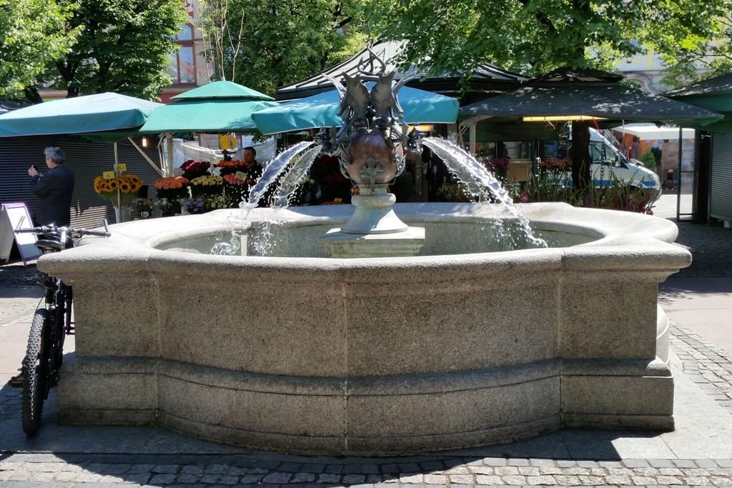 Der schmiedeeiserne Tritonbrunnen auf dem Salzplatz (plac Solny) aus dem Jahre 1997...