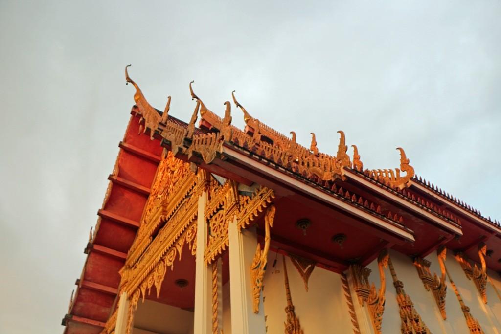 ...Teilansicht des Tempelkomplexes Wat Karon, Dachkonstruktion Chofah