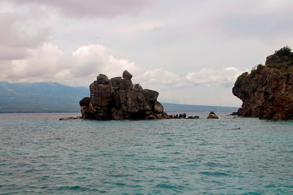 Vor der Westküste Apo Islands mit vorgelagerter Felsklippe