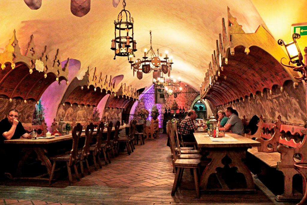 Das lange Kellergewölbe als großer Gastraum