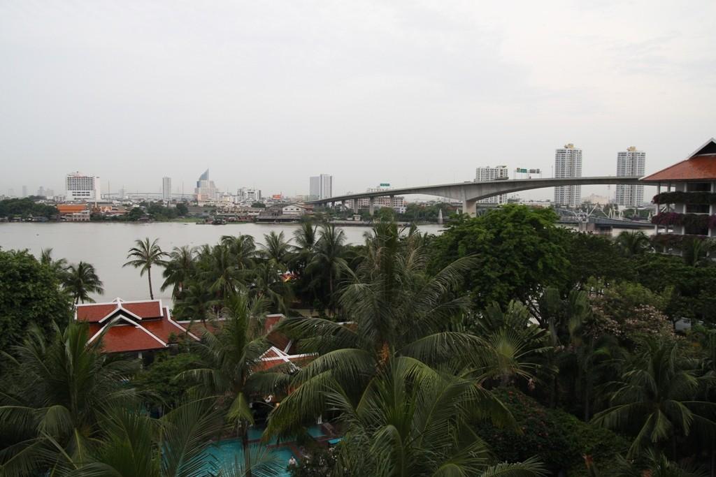 Blick vom Hotelfenster auf den Chao Phraya River und Silhouetten der Hauptstadt