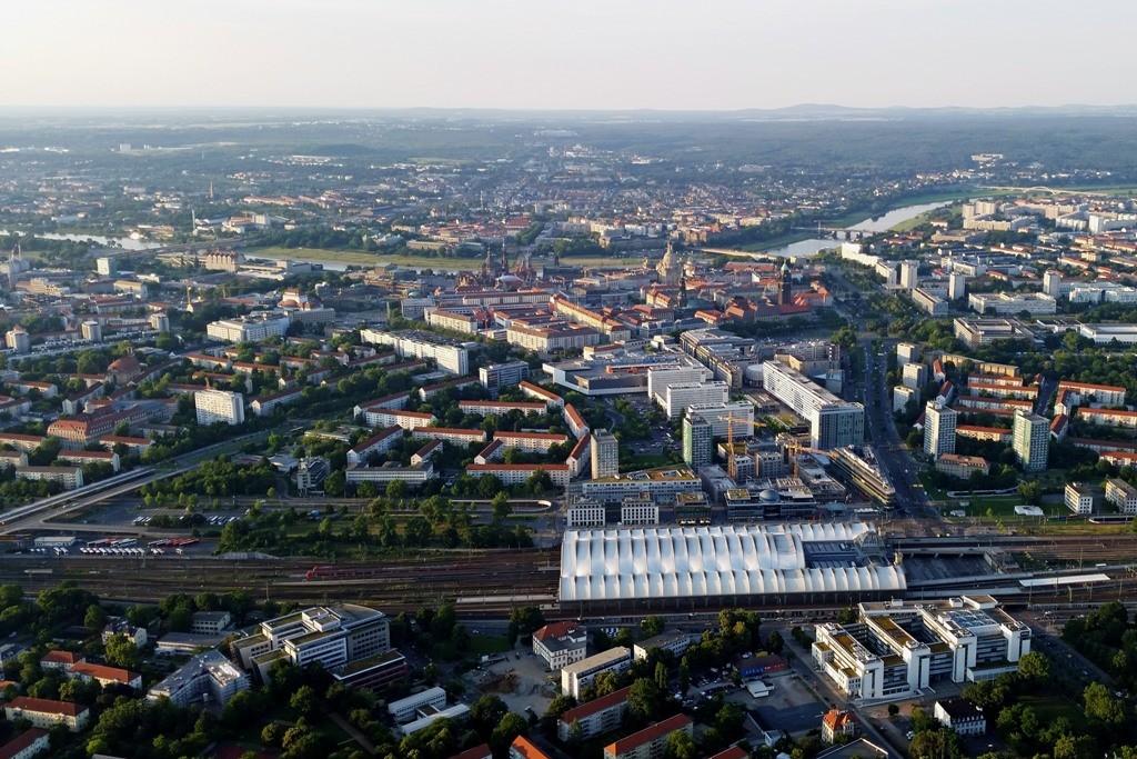 Vom Süden auf die Stadt Dresden geschaut, im Vordergrund der Hauptbahnhof