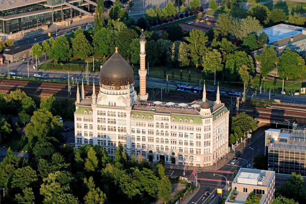 Die 62 m hohe YENIDZE (Tabakmoschee) ist eines der markantesten Gebäude Dresdens. 1909 von Hugo Zietz als Zigarettenfabrik gebaut, benannt nach einem Tabakanbaugebiet im eistigen osmanischen Reich, heute Griechenland.