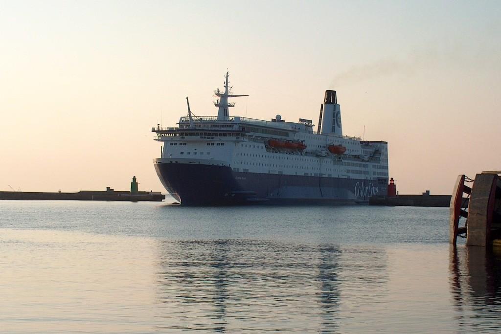 """Die MS""""Peter Wessel"""" legt am frühen Morgen in Frederikshavn an."""