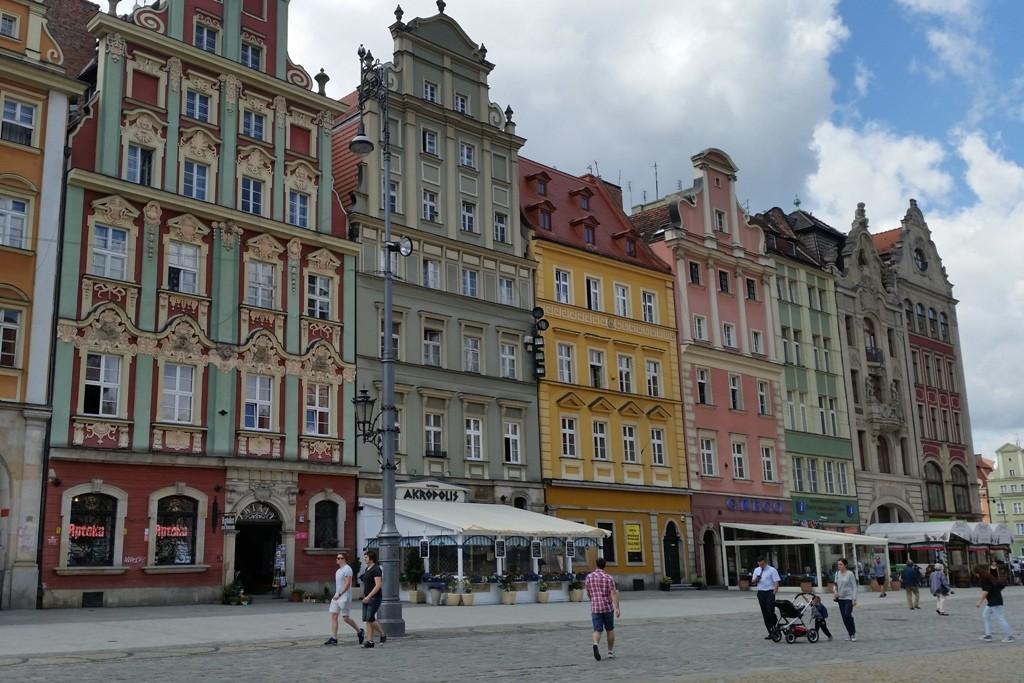 Renaissancebürgerhäuser sowie gotische und barocke Bürgerhäuser rings umher