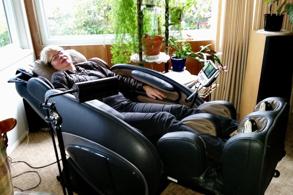 """...Annett lässt sich ein paar """"Steicheleinheiten"""" von der modernen Massagetechnik verabreichen!"""