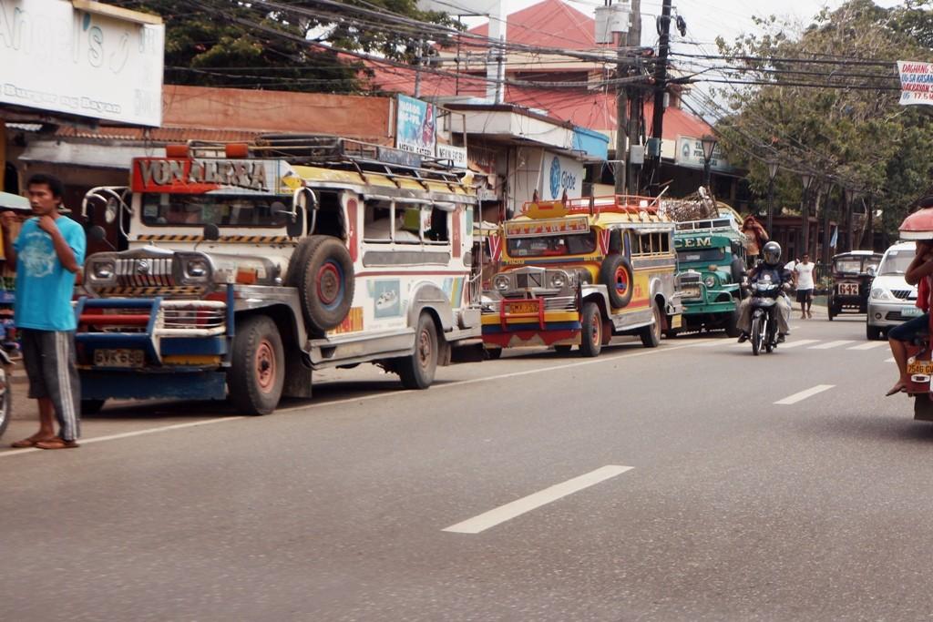 Und der Jeepney aus der Fahrzeugschmiede in Manila ist nicht viel weniger am Straßenverkehr beteiligt!