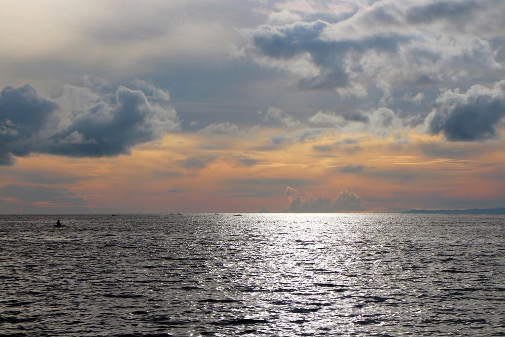 ...die Boholsee im Gegenlicht der aufstrebenden Sonne