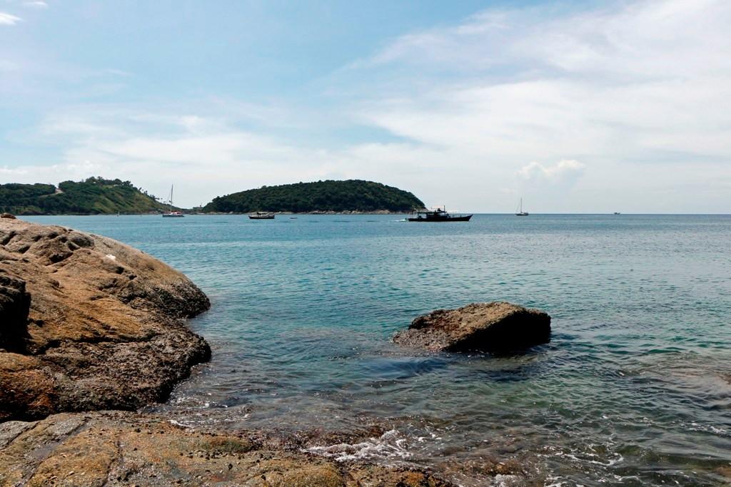 Blick auf die Bucht Nai Harn und im Hintergrund die Insel Koh Man