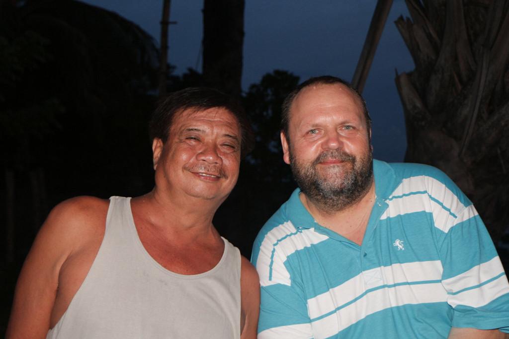 Udo nebst einem auf Negros geborenen Filipino, der in den Saaten lebt und hier zu bauen beginnt!