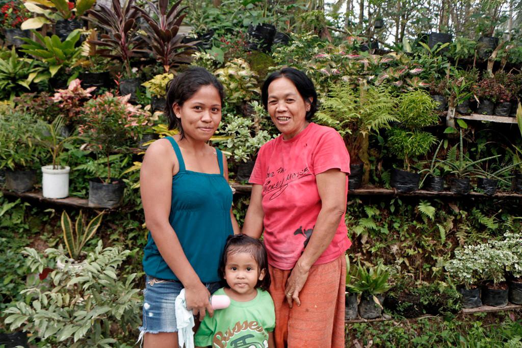 """Oma, Tochter und Enkelin vor ihrer kleinen exotischen """"Regenwald-Gärtnerei""""!"""