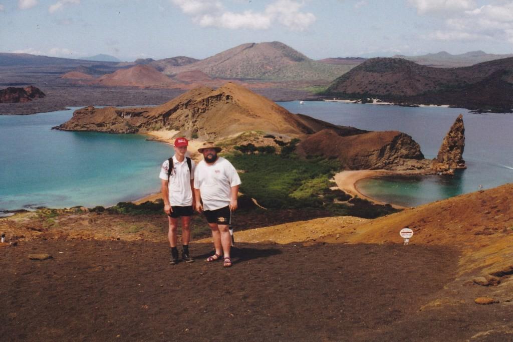 Udo und Ingo mit dem Postkartenmotiv der Sullivan Bay im Rücken, hier auf Isla Bartlomé, hi. rechts der Pinnacle Rock/Pináculo von Bartolomé