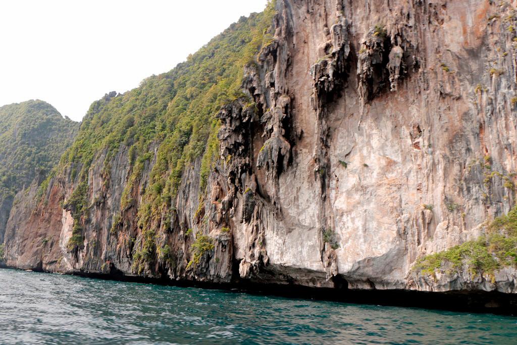 """Erste """"Begegnung"""" mit den z.T. steil abstürzenden Felswänden von Koh Phi Phi Leh."""