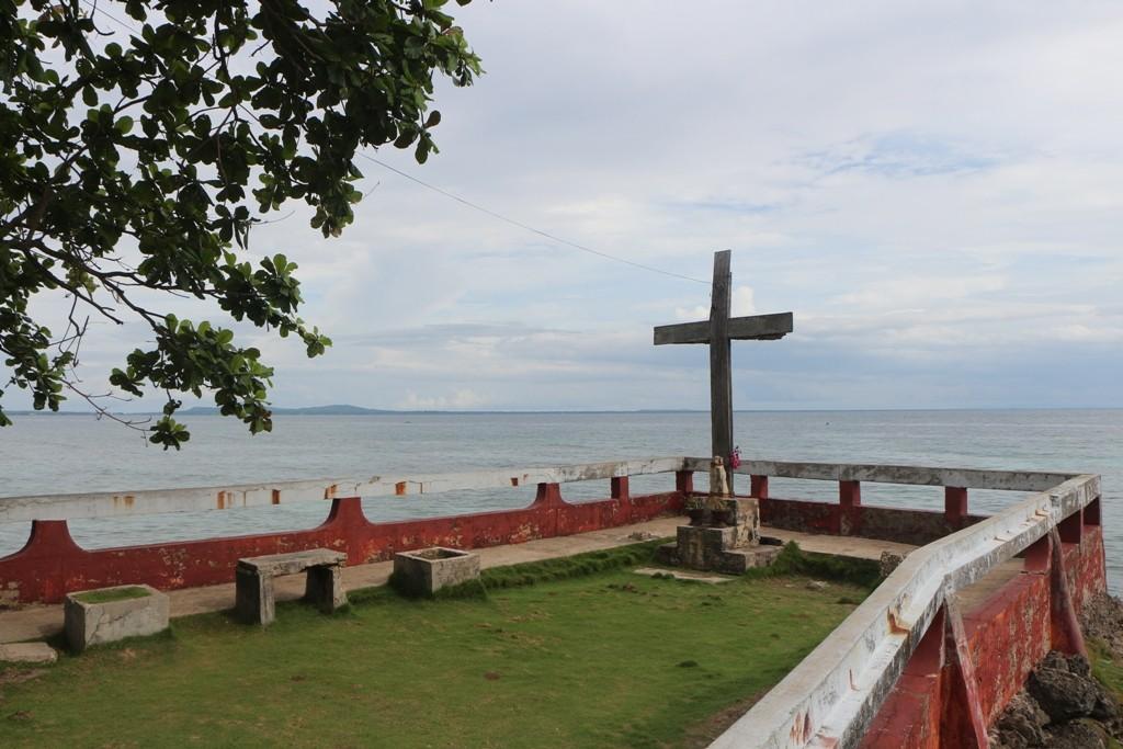 ...Kreuz auf dem Klippenvorsprung am Watch Tower, direkt an der Cebu Strait!