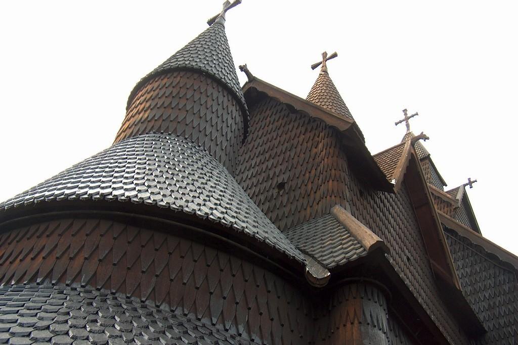Detailansicht mit den geteerten, hölzernen Dachschindeln.