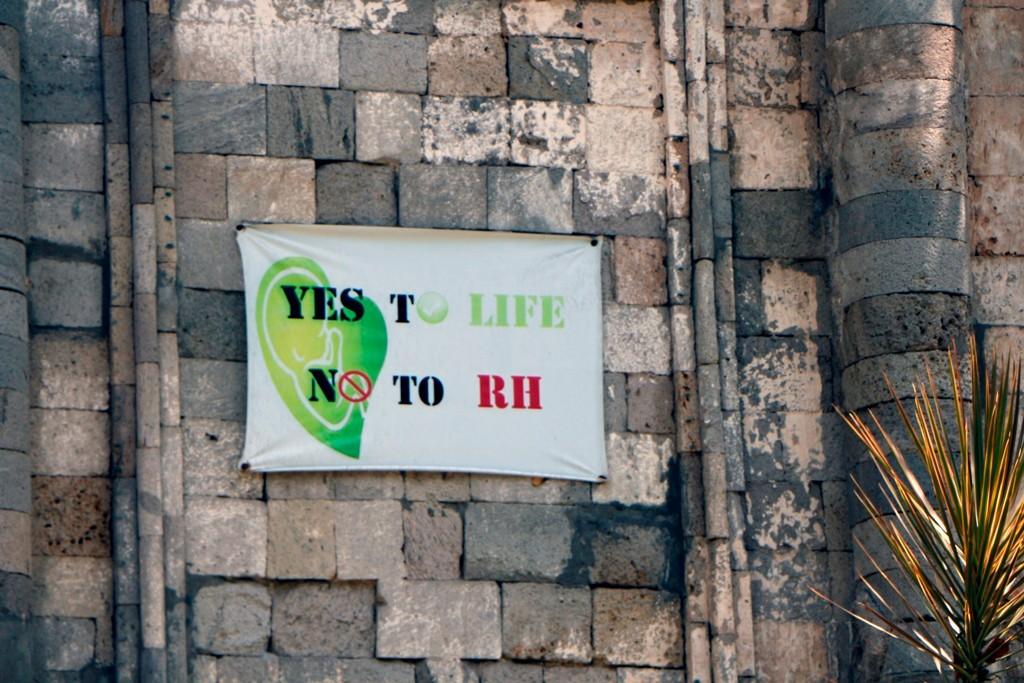 Der Staat ist für Geburtenkontrolle, die Kirche hingegen lehnt dies strikt ab! Deshalb an der Kirchenmauer dieser plakative Aufruf!