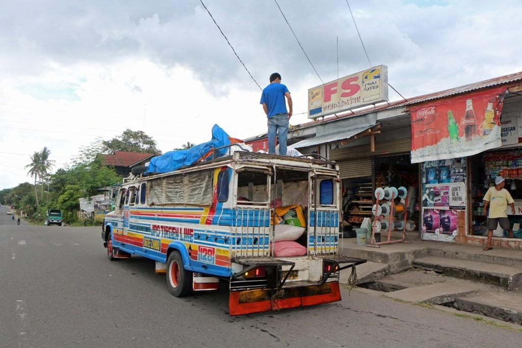 Ein Jeepney bringt Ware für den Public Market in Dauin!