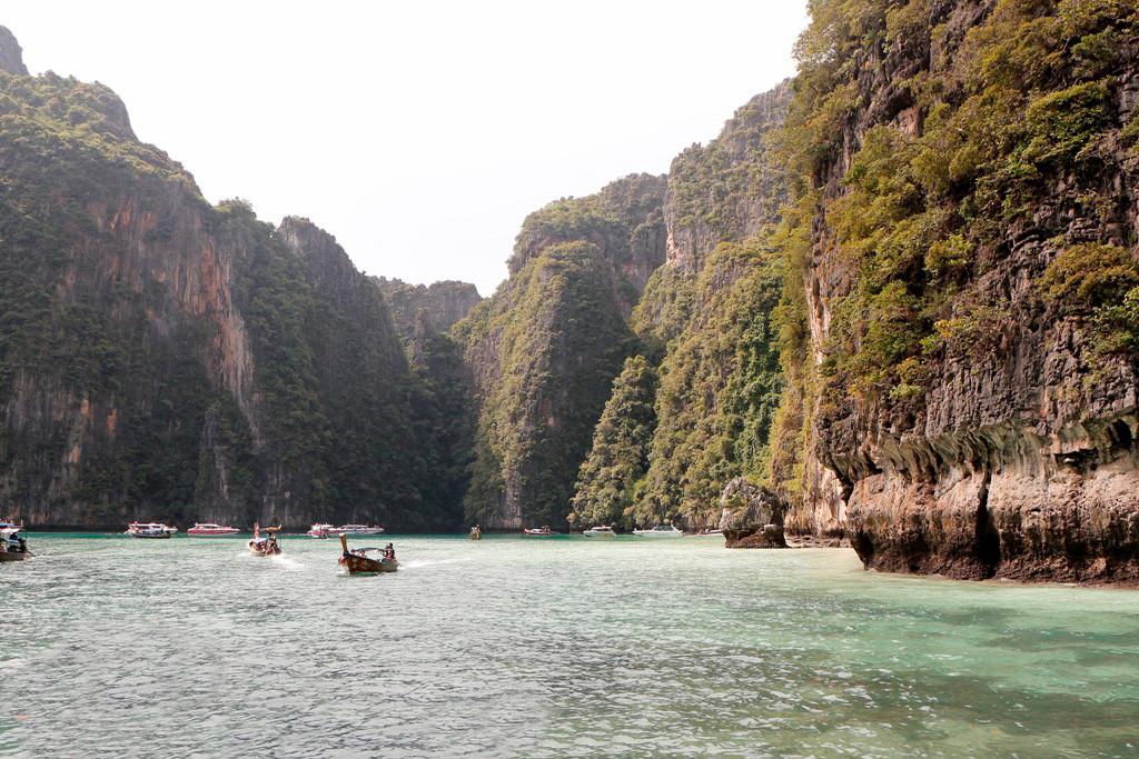 Die Lagune von Pileh ist eines der bekannten Schmuckstücke der Phi Phi Inseln. Die ringsum mit...