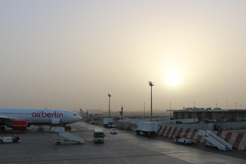 Airport Abu Dhabi - Unwetter vergessen, die Gedanken schweifen schon auf die fernen  Philippinen
