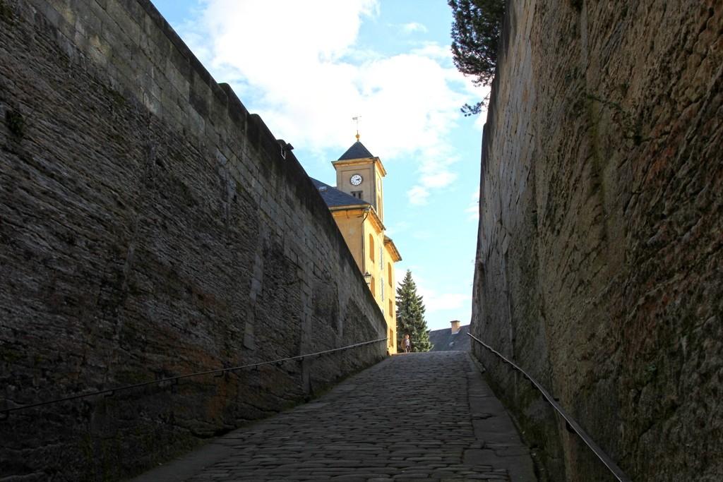 Einer Rampe ähnlich, der Weg hinauf zum Festungshof
