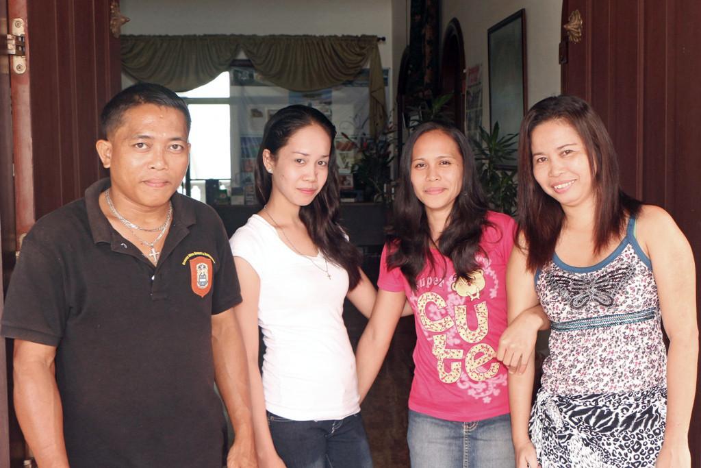 Dann empfängt den Gast die gute Seele des Hauses in Gestalt dreier Damen (Angelite, Tina und Anita) sowie einem Herrn namens Pedro!