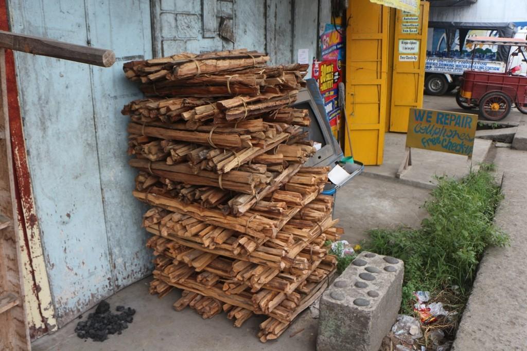 Feuerholz fragt der Tourist sich stirnrunzelnd, na klar doch, zum Essen kochen und Wasser erhitzen wird das gute Holz benötigt. Gas und dergleichen ist viel zu kostspielig.