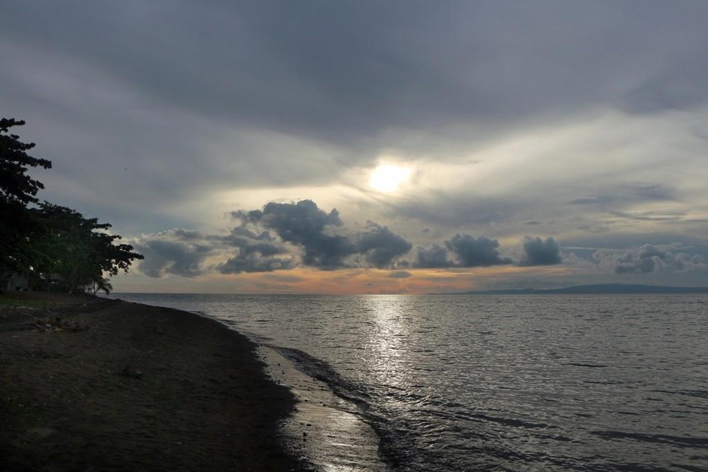 Die aufgehende Sonne blinzelt durch die dichte Wolkendecke