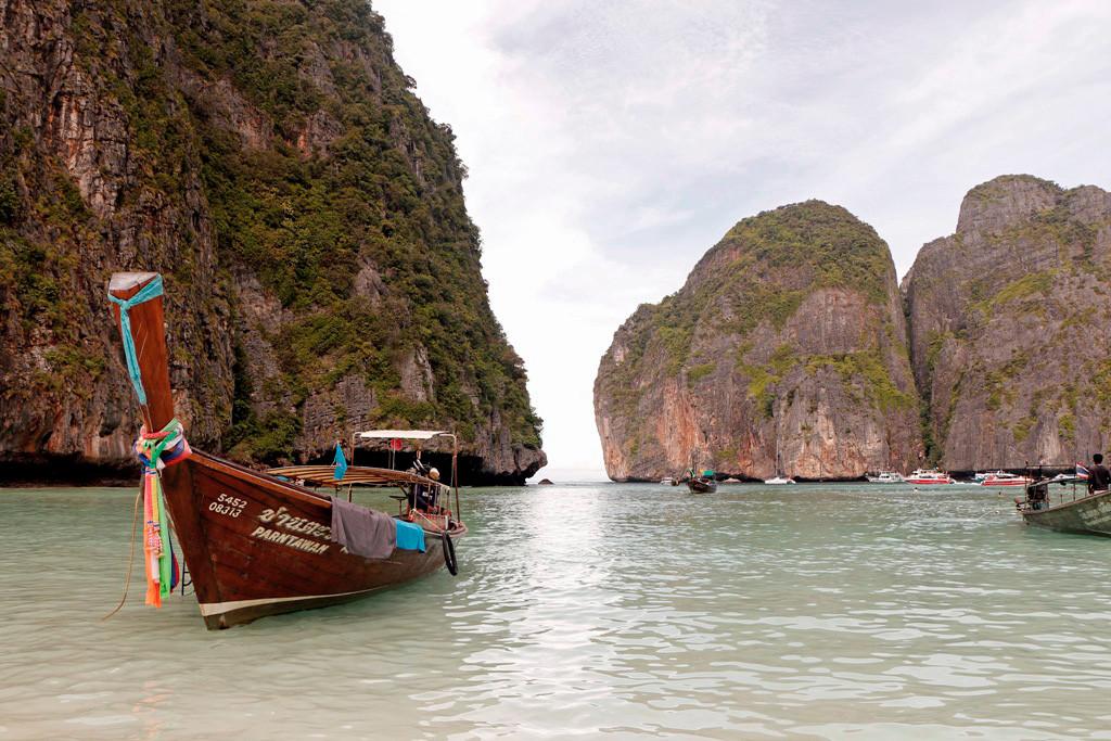 """Die südliche Bucht auf Koh Phi Phi Leh, die Maya Bay wurde durch den Film """"The Beach"""" weltbekannt und gilt seitdem als das Paradies schlechthin und als einer der schönsten Orte der Welt."""
