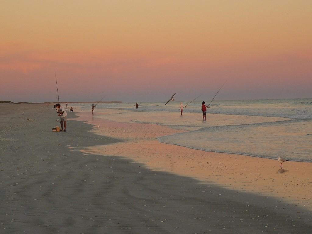 Ebenfalls mit Blick nach Westen mit den schon frühzeitig auf Fische wartenden Anglern, die Angelerträge waren eher spärlich an diesem Morgen.