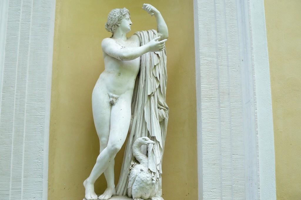 Die Apollostatue am Sommersaal wurde 1770 von dem Dresdner Bildhauer Gottfried Knöffler geschaffen.