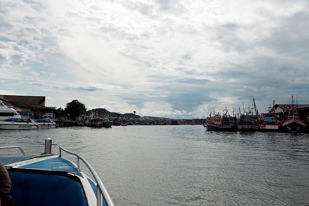 Ausfahrt vom Chalong Pier auf die offene See in Richtung der Phi Phi Islands!