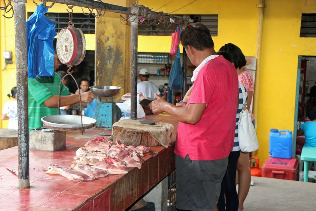 Fleischwaren werden auch verkauft, nur eben Fisch und Gemüse sind mehr gefragt, da wohl auch preisgünstiger!