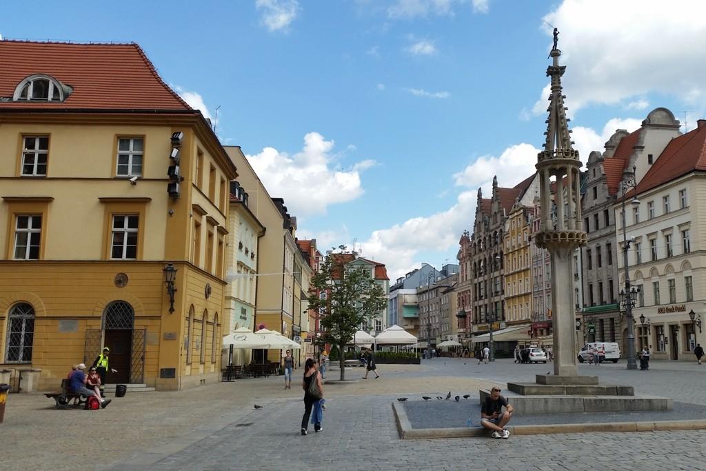 Vor der Ostseite des Rathauses mit Blick auf den Pranger (Pręgierz)! Auf die öffentlichen Auspeitschungen wurde ab 1771 verzichtet!