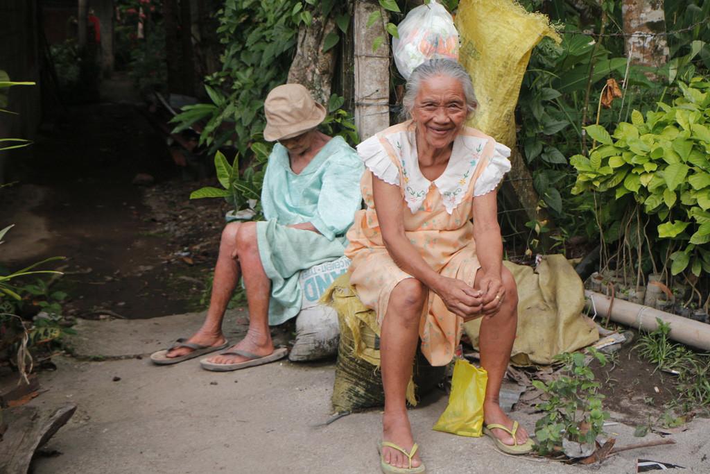 Seniorinnen blinzeln freundlich in die Kamera, kaum eine unfreundliche Geste begegnete uns auf Negros Oriental bzw. auf den Philippinen!