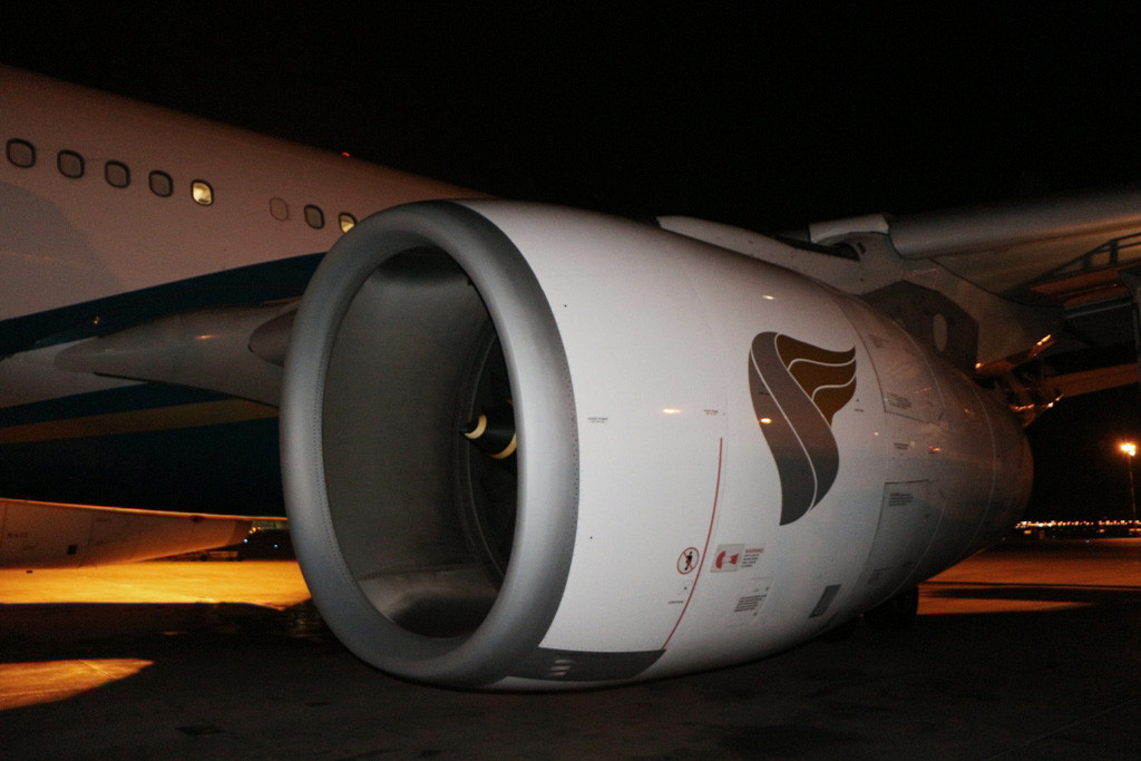 Ein Triebwerk des Airbus A 330-200 der Oman Air während des Stopover auf dem Air Port von Muscat!